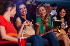 Όμορφα κορίτσια στο χαμόγελο ομιλίας κινηματογράφων Στοκ Φωτογραφία