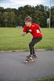 溜冰鞋的运动员达到了不起的速度 免版税库存照片