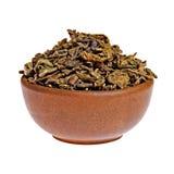 在黏土杯子的干绿茶 免版税库存照片