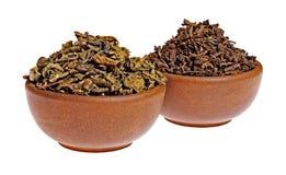 在黏土杯子的干绿色和红茶 免版税图库摄影