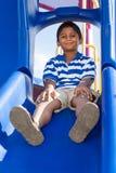 一个逗人喜爱的矮小的印第安男孩的纵向操场的 库存图片