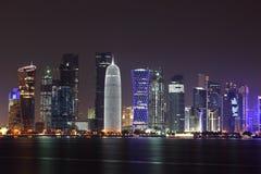 多哈地平线在晚上,卡塔尔 库存图片