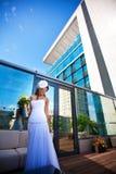 现代大厦背景的美丽的新娘 免版税库存图片