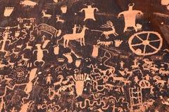 古老印第安刻在岩石上的文字在默阿布,犹他 库存图片