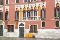 Часть фасада стародедовского здания Стоковые Изображения