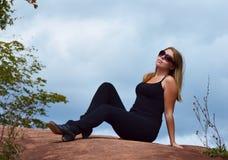 戴眼镜的俏丽的妇女 免版税图库摄影