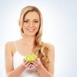 Портрет молодой белокурой женщины держа яблоко Стоковые Фото