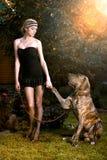 Κομψή γυναίκα με το μεγάλο σκυλί Στοκ εικόνα με δικαίωμα ελεύθερης χρήσης