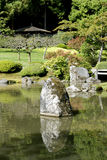 Рисуночный японский сад с прудом Стоковая Фотография