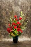 卖花人,花瓶花。 免版税库存照片