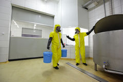 二个专业人员在工作在工厂中 库存图片