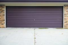 老玻璃纤维顶上的停车库门 免版税库存图片