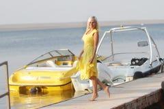 小船背景的愉快的妇女 库存图片