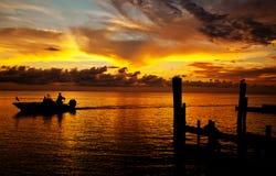 在日落的小船 免版税库存照片