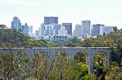 公园桥梁有城市背景 免版税图库摄影