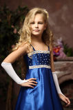 一件典雅的蓝色礼服的小女孩 免版税库存图片