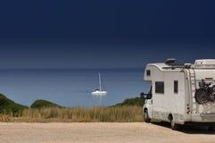 在海滩的露营者货车 图库摄影