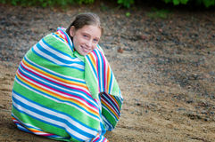 在海滩毛巾包裹的女孩 图库摄影