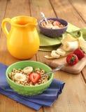 谷物用牛奶和果子 免版税库存图片