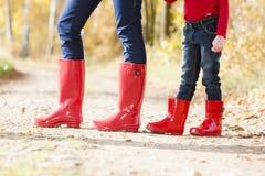 Άνθρωποι που φορούν τις λαστιχένιες μπότες Στοκ Εικόνες
