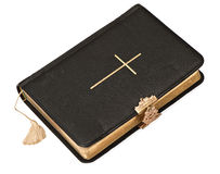 在空白背景的老黑色圣经书 库存图片