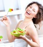 饮食。 吃菜沙拉的妇女 免版税库存照片