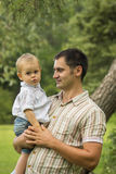 父亲藏品儿子在公园 图库摄影