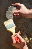 Археология: очищая находки Стоковое Изображение