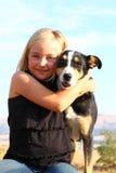 有她的狗的女孩 库存图片