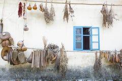 在中国种田房子用干草本和果子 免版税库存图片