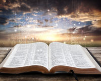 Καμμένος Βίβλος στο ηλιοβασίλεμα Στοκ φωτογραφία με δικαίωμα ελεύθερης χρήσης