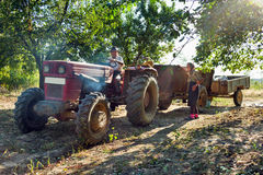 Οικογένεια αγροτών με το τρακτέρ Στοκ εικόνα με δικαίωμα ελεύθερης χρήσης
