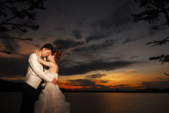 Заход солнца пар венчания Стоковая Фотография