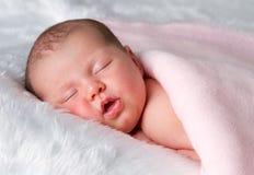 休眠的新出生的婴孩 免版税库存图片