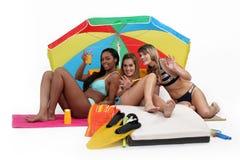 Τρεις γυναίκες που έχουν στην παραλία Στοκ Εικόνα