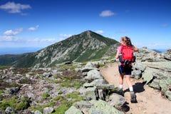 在途中的远足者对山顶 免版税库存图片