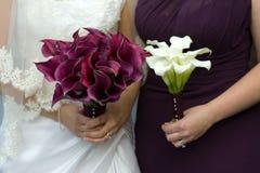有婚礼花的新娘和女傧相 免版税图库摄影