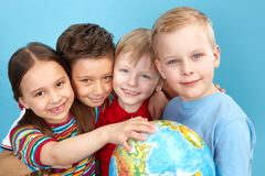 Милые малыши с глобусом Стоковое фото RF