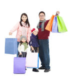 Ευτυχής ασιατική οικογένεια με την τσάντα αγορών Στοκ φωτογραφία με δικαίωμα ελεύθερης χρήσης