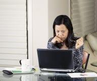 Женщины анализируя данные Стоковое Изображение RF