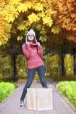 Ψωνίζοντας κορίτσι στο πάρκο φθινοπώρου Στοκ φωτογραφίες με δικαίωμα ελεύθερης χρήσης
