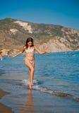 使用与通知的青少年女孩在海滩。 免版税库存照片
