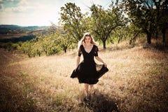 Бежать через поле Стоковая Фотография RF