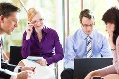 Επιχειρηματίες που διοργανώνουν τη συνεδρίαση στην αρχή Στοκ Εικόνα