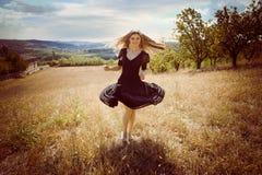 Бежать через поле Стоковые Изображения RF