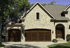 有二个门停车库的典型的美国房子 免版税库存图片