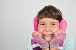 有耳朵笨拙的人和修整的手套的女孩 库存图片