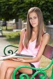 Όμορφο φιλικό κορίτσι σπουδαστών εφήβων. Στοκ Εικόνες