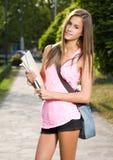 美丽的友好青少年的学员女孩。 免版税库存图片