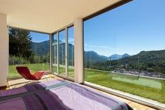Взгляд комнаты от спальни Стоковое Фото